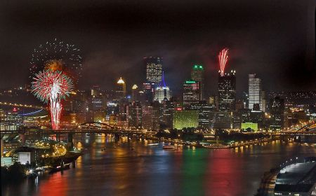 800px-Night_view_of_Pittsburgh,_with_fireworks_(July_22,_2005)
